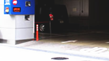 商業施設の駐車場出入口