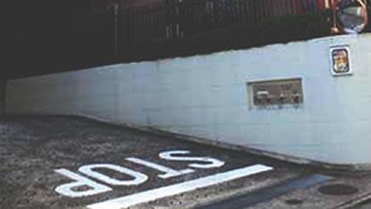 マンションの駐車場出入口