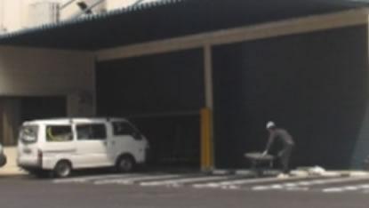工場の駐車場出入口